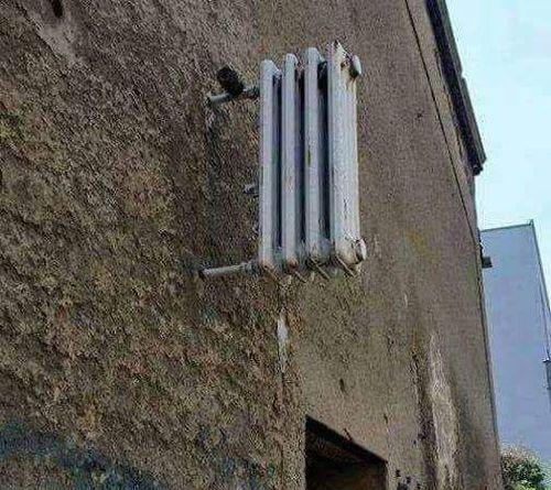Heizkörper an der Hausfassade
