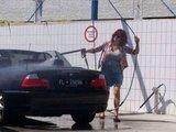 Das Auto waschen