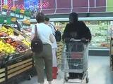 Gorilla im Supermarkt