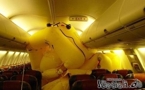 Schlauchboot im Flugzeug