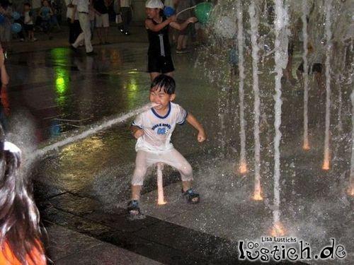Junge speiht Wasser
