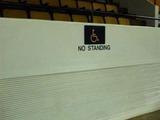 Sinnloses Schild für Rollstuhlfahrer