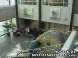 Kabelrolle fliegt durch das Fenster